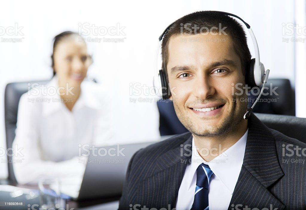 Dois apoiar operadores de telefone no local de trabalho - foto de acervo