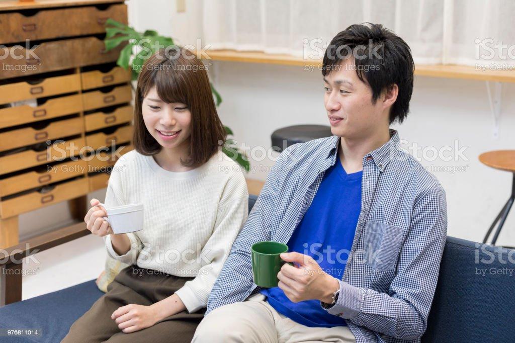 男性と女性、ソファーでリラックス ストックフォト
