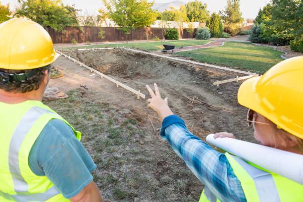 Arbeitnehmerinnen und Arbeitnehmer mit Blick auf Pool-Baustelle – Foto