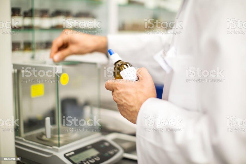 Männlichen Apotheker bereitet ein Medikament im lab – Foto