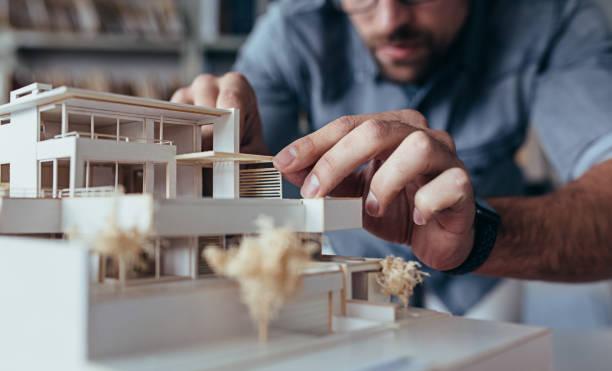 männliche architekt hände machen musterhaus - architekturberuf stock-fotos und bilder