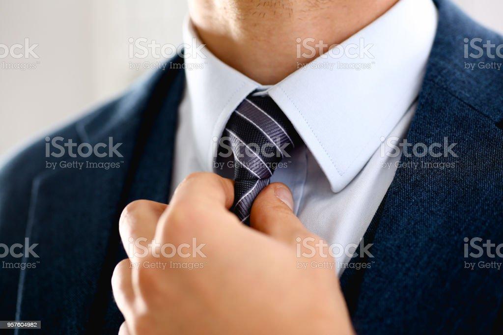 青いスーツ セット ネクタイ クローズ アップで男性の腕 - まっすぐのロイヤリティフリーストックフォト