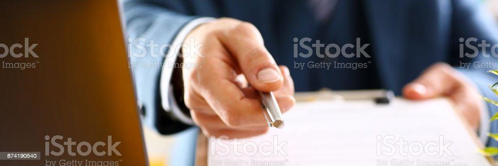 Hombre brazo en forma de contrato de oferta de juego en portapapeles - Foto de stock de Abogado libre de derechos