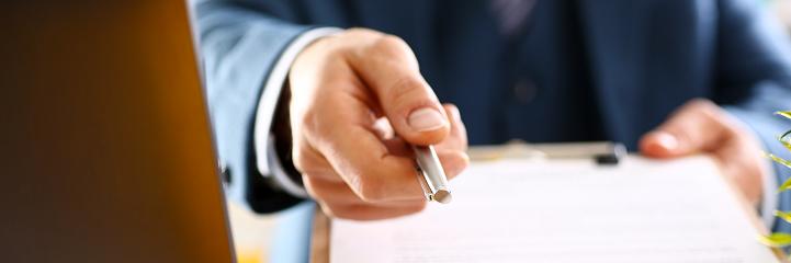 Hombre Brazo En Forma De Contrato De Oferta De Juego En Portapapeles Foto de stock y más banco de imágenes de Abogado