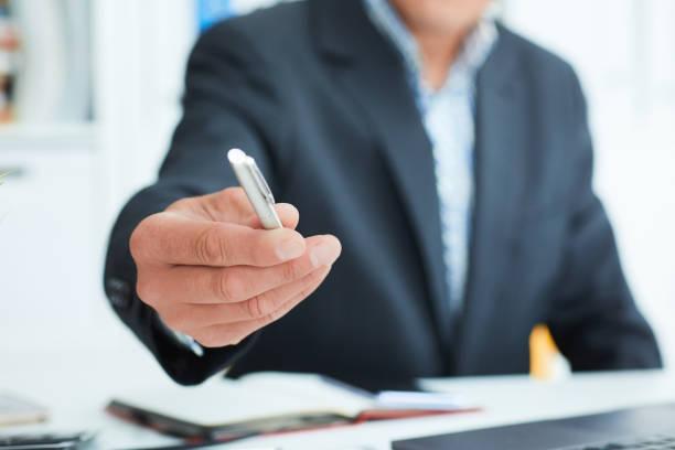 Männliche Arm im Anzug Angebot Silber Stift, Closeup Vertrag zu unterzeichnen. Schlagen Sie ein Schnäppchen für Profit, weißem Kragen Motivation, union Entscheidung, Unternehmensverkauf, Versicherungsvertreter Konzept – Foto