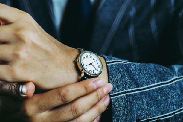 腕時計を身に着けている男性の腕 ストックフォト
