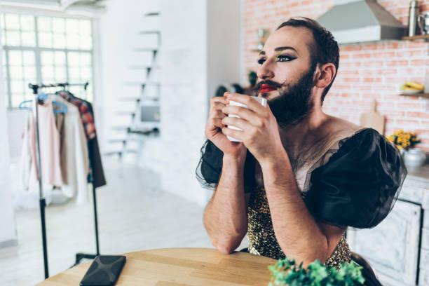 mannelijke artiest make-up toe te passen en draagt een jurk - drag queen stockfoto's en -beelden