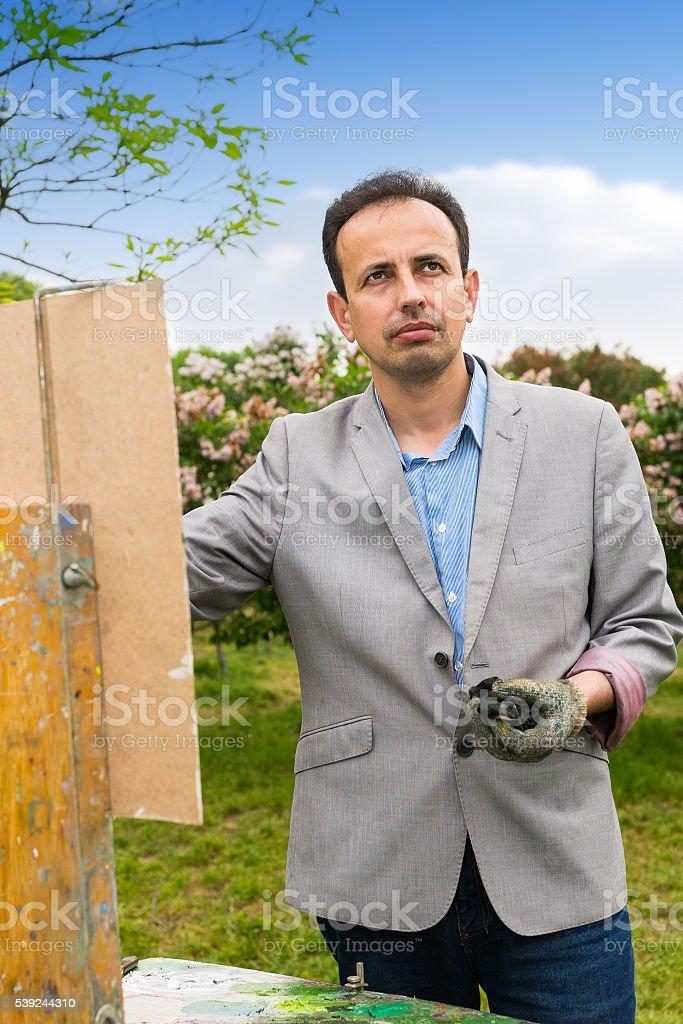 Hombre mirando a través del parque artista foto de stock libre de derechos