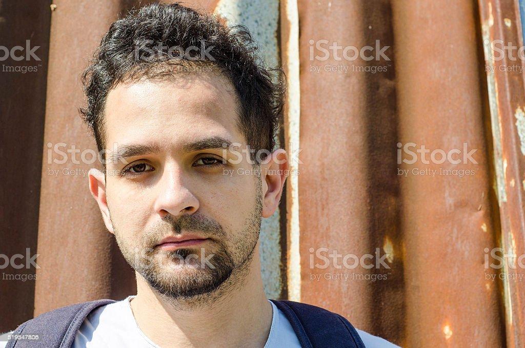 Masculino requerente de asilo no caminho para uma nova vida - foto de acervo