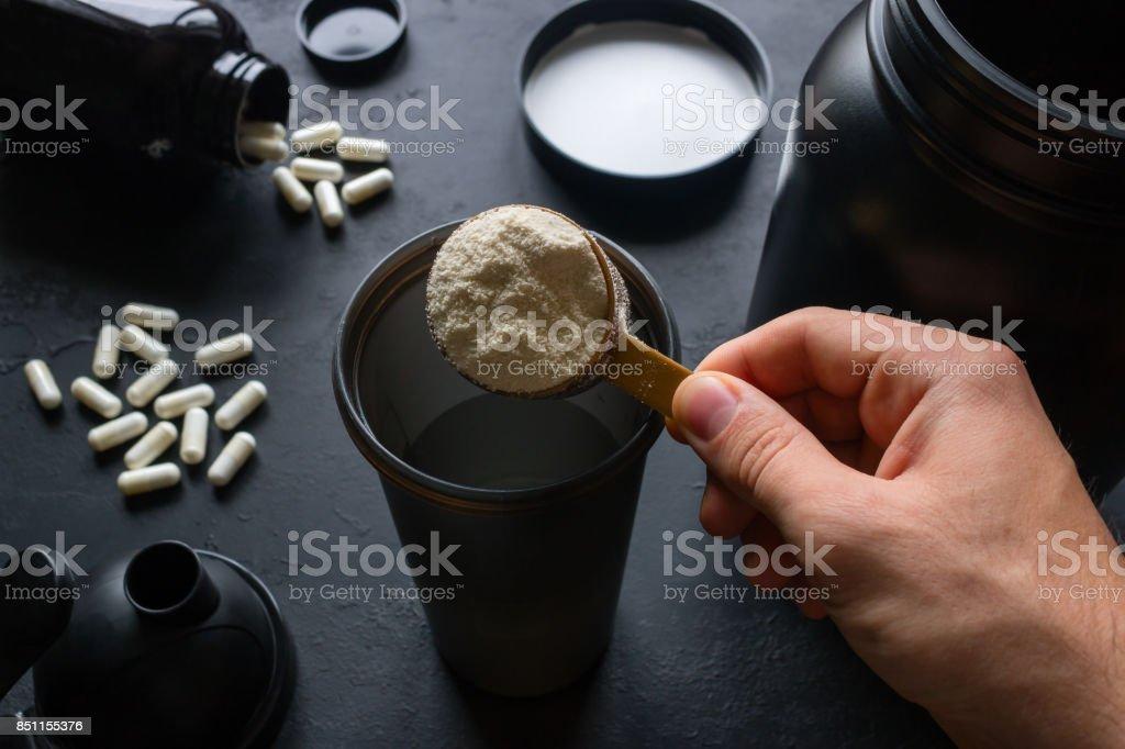 Männliche Sportler macht ein Protein cocktail – Foto