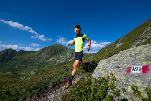 Sportler üben Berglauf auf einem Pfad bergab – Foto