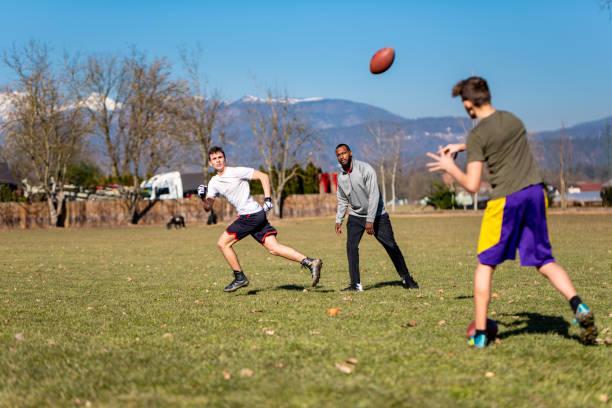 Männliche Athleten trainieren American Football im Freien – Foto