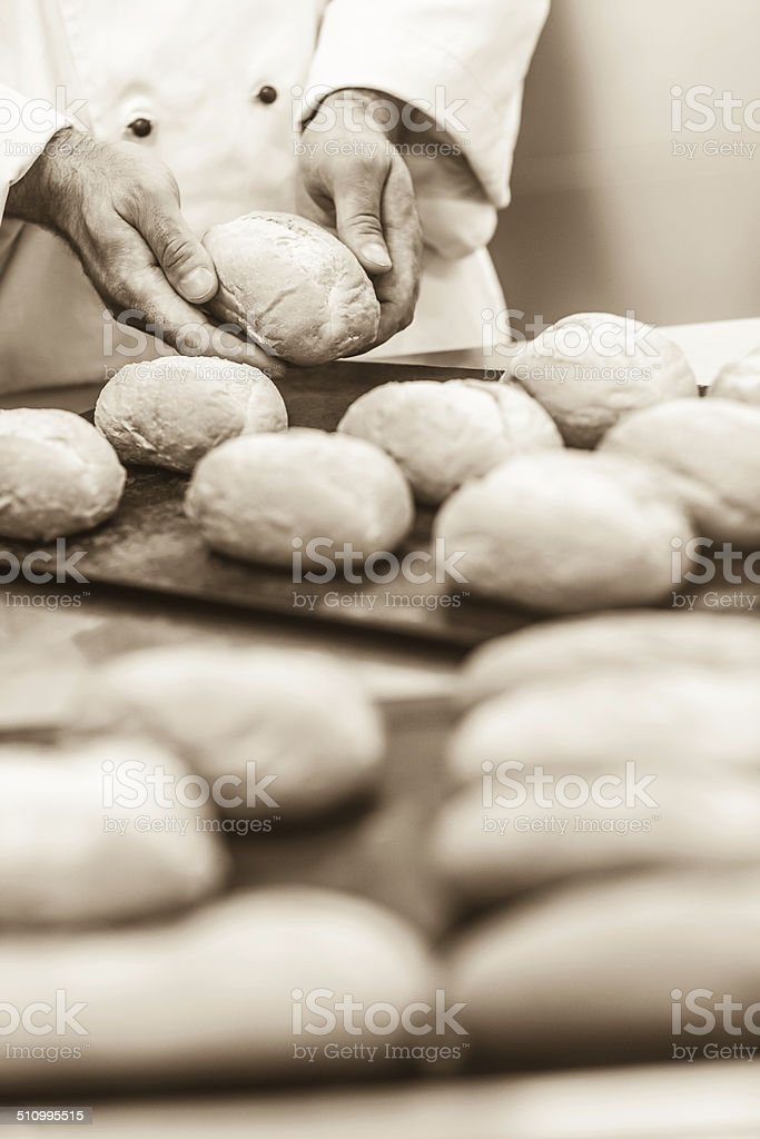 Mâle baker formant des petits pains - Photo