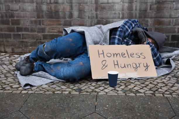 masculino mendigo deitado na rua - sem teto - fotografias e filmes do acervo