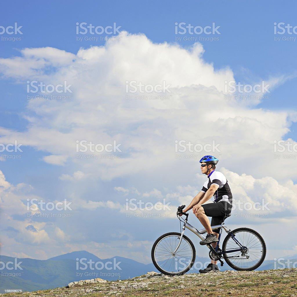 숫나사 자전거 타는 사람 위에 산 royalty-free 스톡 사진