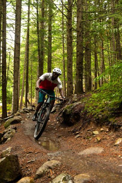 MännlicheS Radfahren durch einen üppigen Wald – Foto