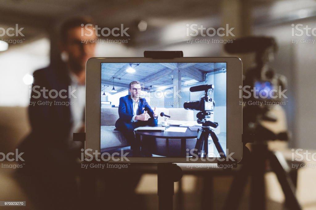Männlichen Blogger auf digitale Tablet-Bildschirm Lizenzfreies stock-foto