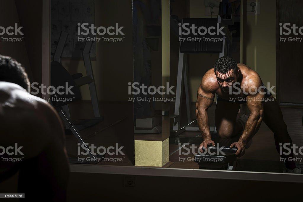 숫나사 bodybuilder 있는 무거운 운동을 등근육 royalty-free 스톡 사진