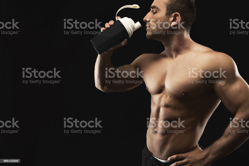 Fisiculturista masculino água potável após treino - Foto de stock de Academia de ginástica royalty-free