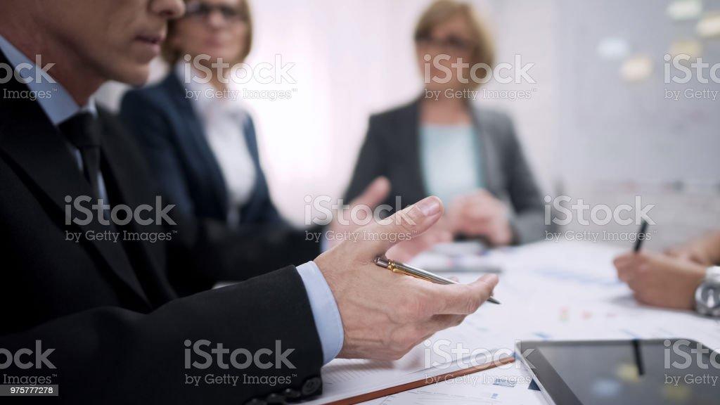 Männlichen Vorgesetzten geben Anweisungen an Führungskräfte über ihre Berichte treffen - Lizenzfrei Anweisungen - Konzepte Stock-Foto