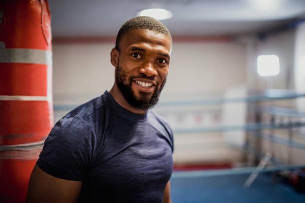 Boxer masculino en el gimnasio - foto de stock