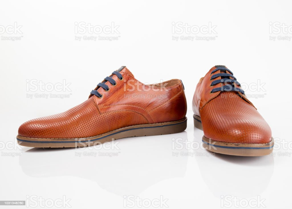 807bc2833e Sapato masculino couro marrom no fundo branco, produto isolado, calçado  confortável. foto de