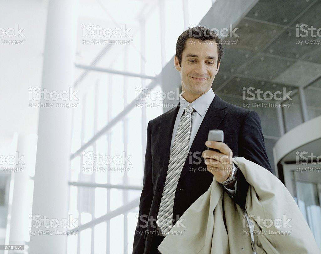 Masculino viajante de negócios com telefone celular sorridente foto de stock royalty-free