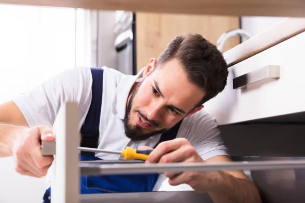 erkek marangoz yükleme çekmece - tutamak üretilmiş nesne stok fotoğraflar ve resimler