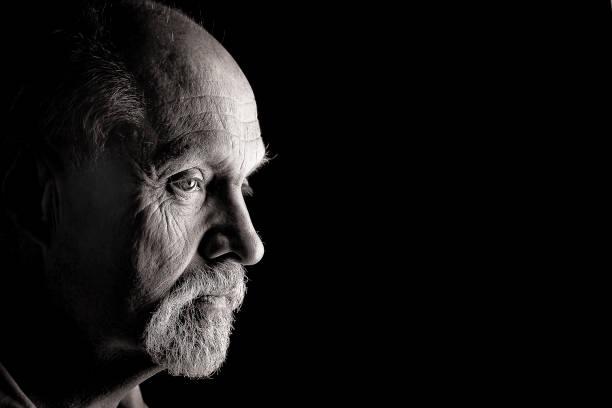 männliche kaukasier von seite - senior mann porträts stock-fotos und bilder