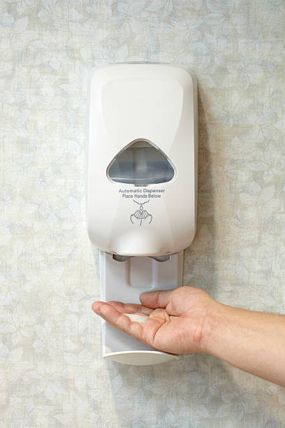 hombre caucásico de mano con sanitizer dispensador de jabón antibacteriano - hand sanitizer fotografías e imágenes de stock