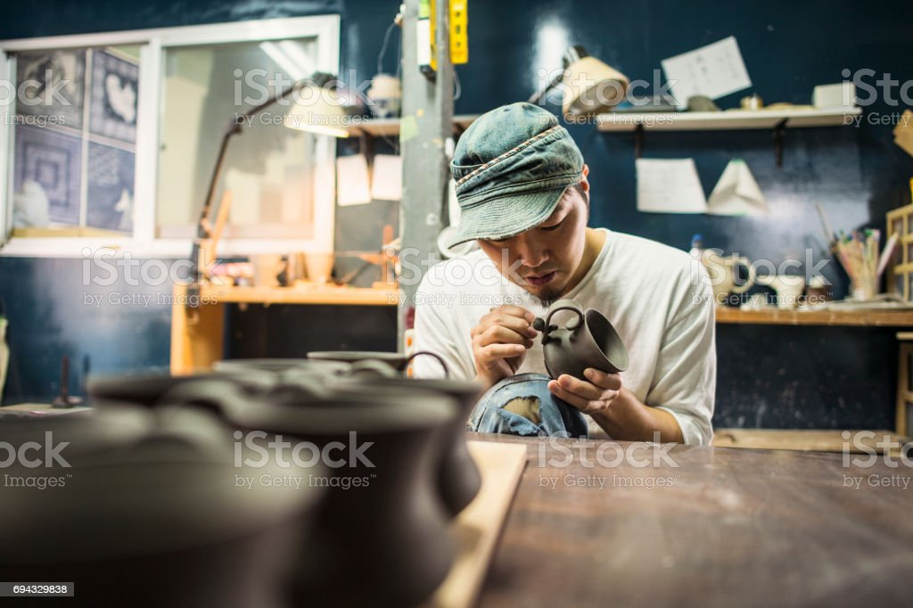男性的陶瓷演出者在工作室製造的產品圖像檔
