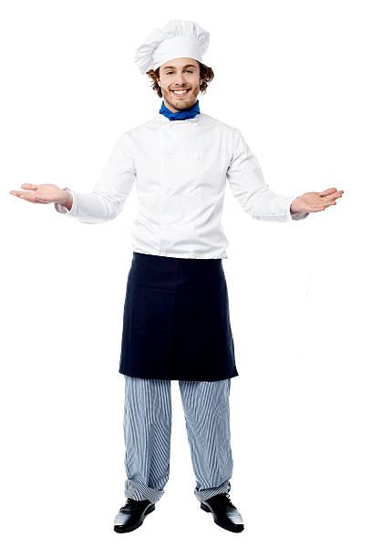 Männliche Koch in uniform einladende Gäste – Foto