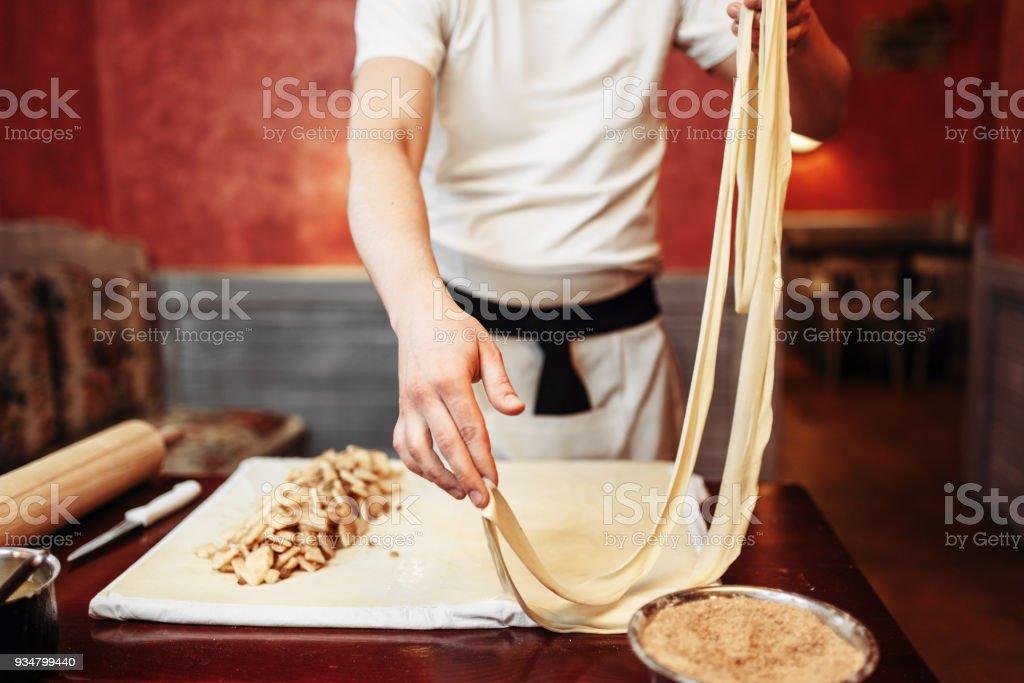 애플 슈 트루 델에 대 한 반죽을 준비 하는 남자 요리사 - 로열티 프리 건강한 생활방식 스톡 사진