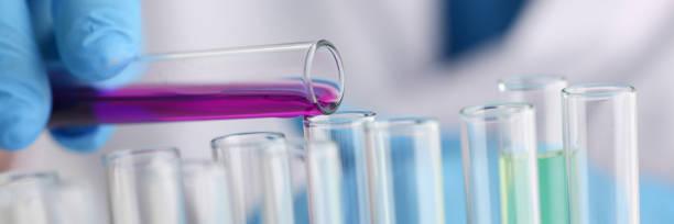 남성 화학자 유리의 테스트 튜브를 보유 하 고 그의 손 오버플로에 스톡 사진