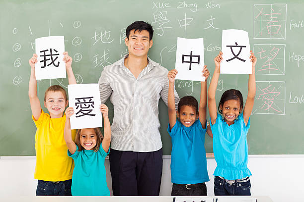 male chinese teacher with group multiracial students - chinese writing 個照片及圖片檔