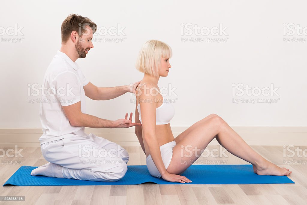 Male Chiropractor Doing Physio Therapy photo libre de droits