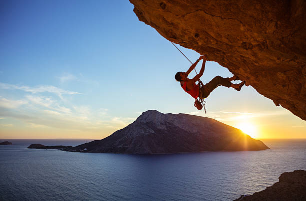 male climber on overhanging rock - arrampicata su roccia foto e immagini stock
