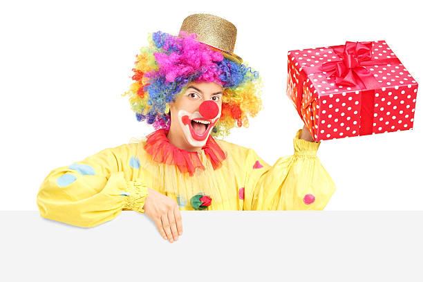 männliche clown mit lustigen ausdruck, die hinter leeren anwesend - lustige geburtstagssprüche für männer stock-fotos und bilder
