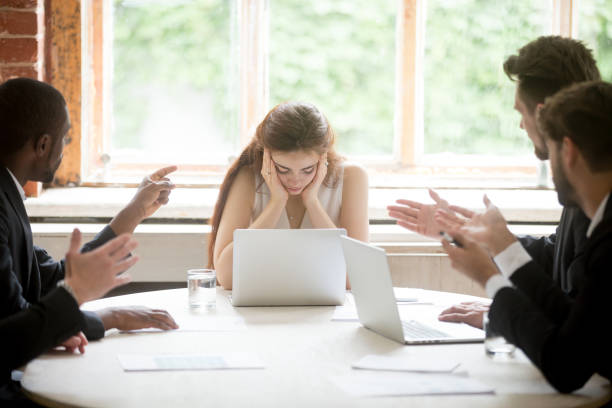 männlichen kollegen schuldzuweisungen an verärgert chefin treffen - vorurteil stock-fotos und bilder