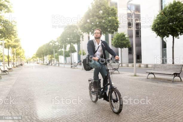 Male commuter with electric bike in mitte picture id1163678925?b=1&k=6&m=1163678925&s=612x612&h=ufnk12hns5vofozjcid87bgsqijeon4 nhjwljyklv4=