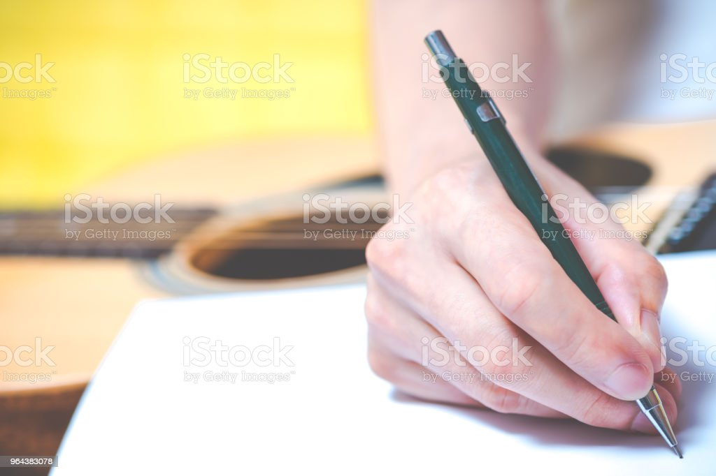 mannelijke componist handen een lied schrijven op wit papier - Royalty-free Acoustische muziek Stockfoto