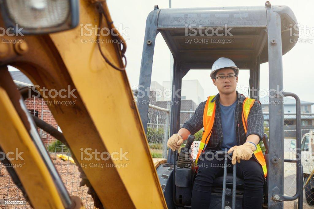 Männlichen Bauarbeiter Kran am Standort in Betrieb – Foto