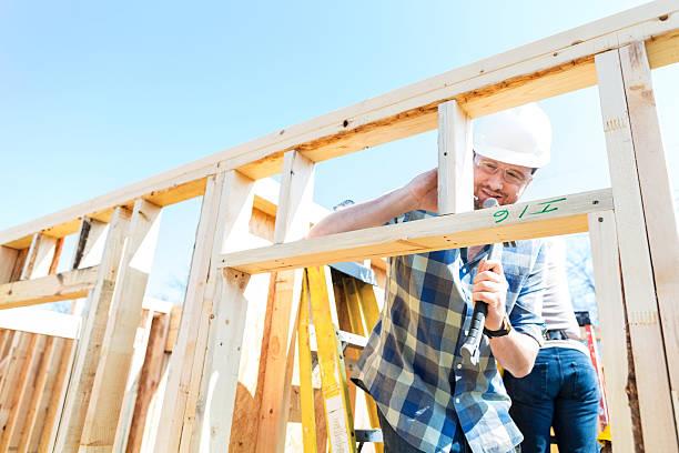 Männlichen Bauarbeiter mit hammer im job-Website – Foto