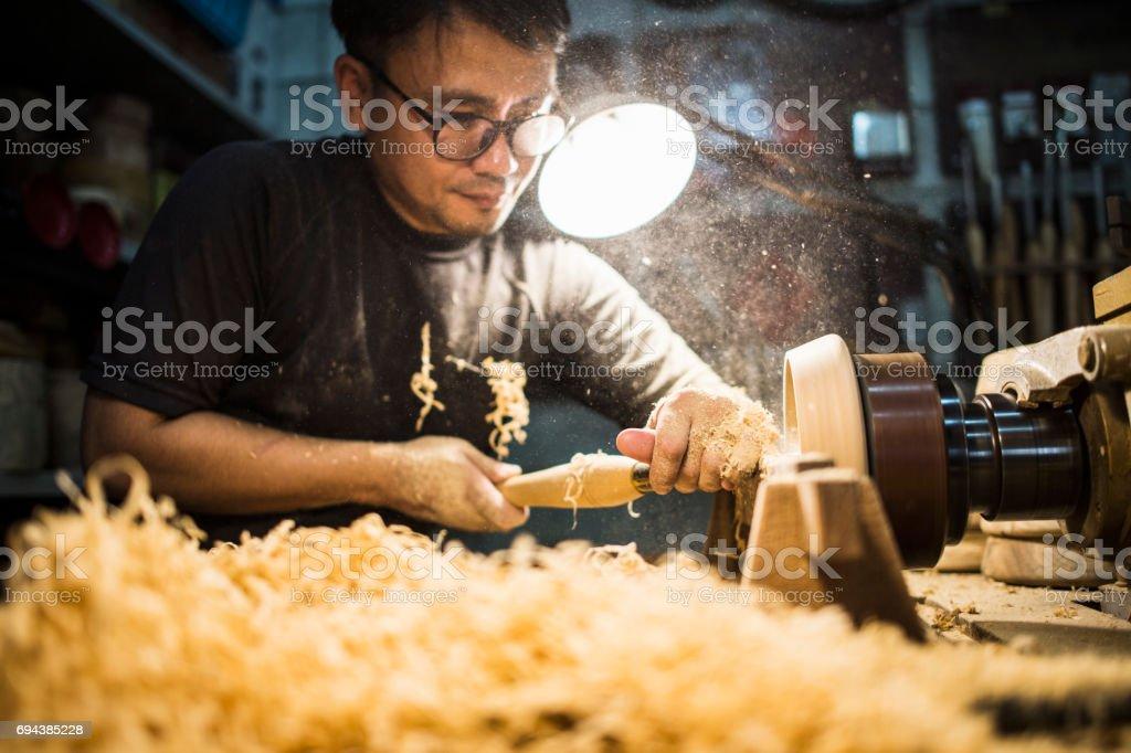 在工作室工作的男性工匠圖像檔