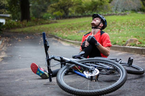Cycliste masculin se blesser en tombant de vélo de montagne - Photo