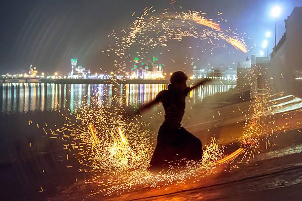 Macho bailarín Silueta en círculo de chispas - foto de stock