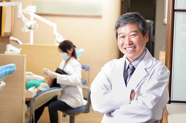 Männliche Zahnarzt und team in seiner dental Büro – Foto
