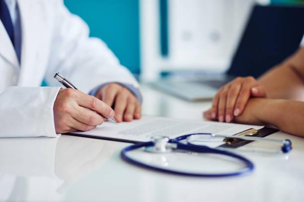 남자 의사 환자와 상담 하 고 클립보드에가 - 처방전 문서 뉴스 사진 이미지