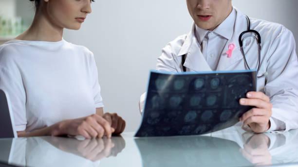 männlichen arzt erklären, junge dame ergebnisse der mammographie, brust-krebs-bewusstsein - mammografie stock-fotos und bilder