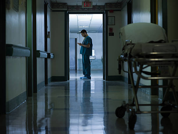 médico de hospital masculino corredor - trabajar hasta tarde fotografías e imágenes de stock